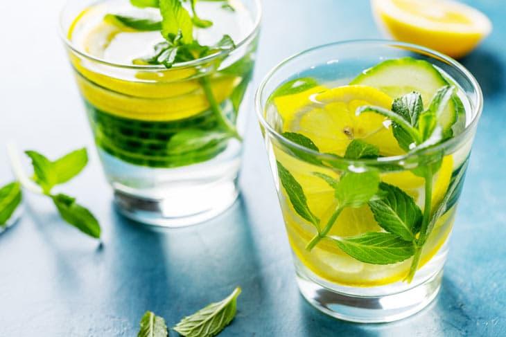 Selbstgemachte Limonade mit Kräutern