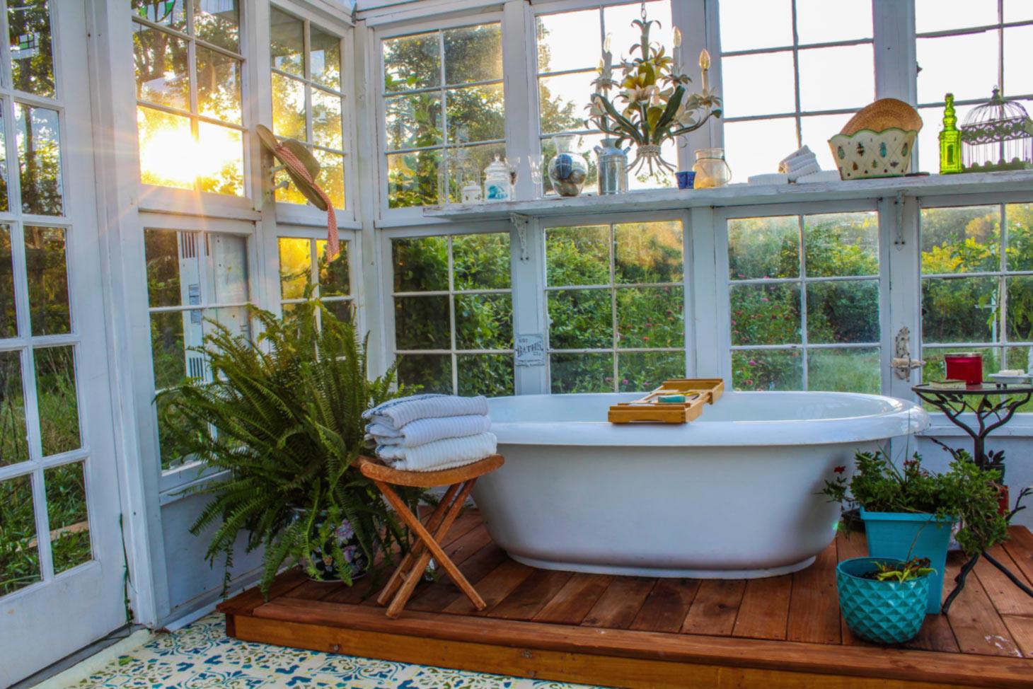 Badewanne in einem Gewächshaus