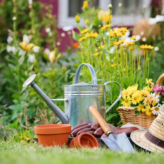 Gartenwerkzeug und Strohhut