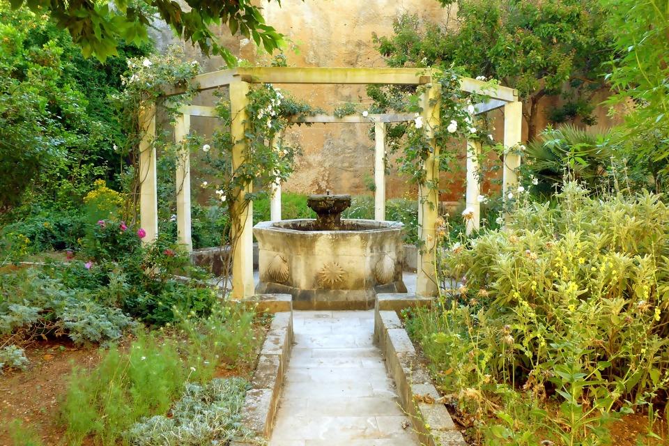 fountain-1560229_1920.jpg