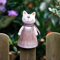Zaunhocker Katze mit Kleidchen