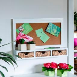 Pinnwand mit Schubladen