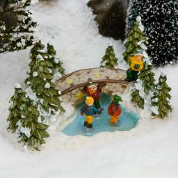 Miniatur-Weihnachtsdorf Waldteich mit Eisläufern
