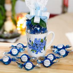 Geschenk-Tasse Vergissmeinnicht mit 75g Vollmilch-Schokokugeln mit Milchcreme-Füllung & Crisp