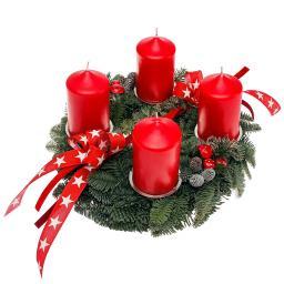 Adventskranz mit roten Kerzen, dekoriert