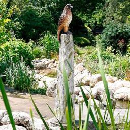 Gartenfigur Adler Kronos auf Steinsäule