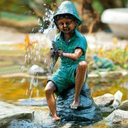 Bronze-Wasserspiel Kleiner Fischerjunge