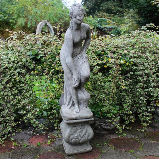 Steingussfigur Venus mit Säule