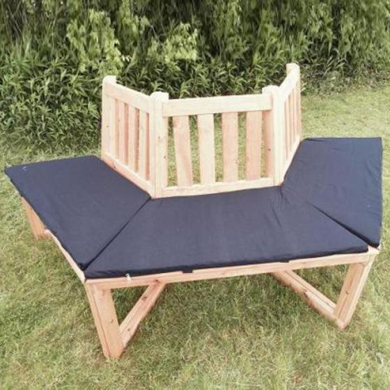 Halbrunde Baumbank rustikal mit Sitzauflage blau