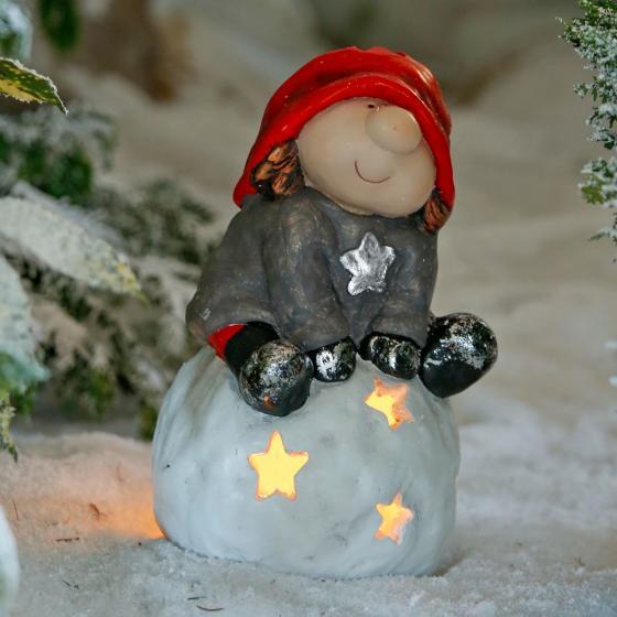Winterwichtel Oskar auf Schneeball