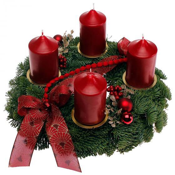 Adventskranz mit bordeaux-roten Kerzen, dekoriert