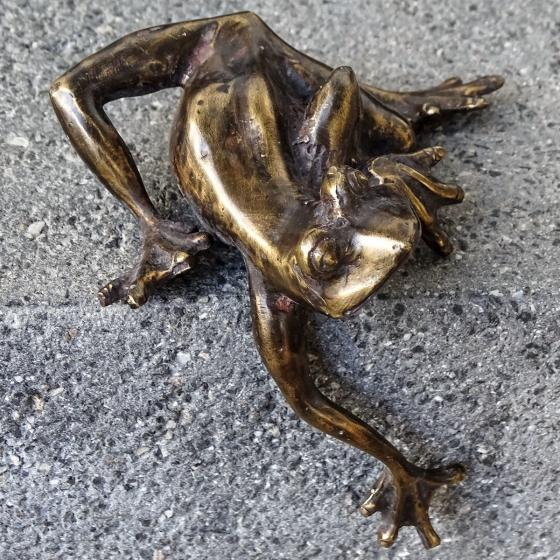 Bronze-Figur Frosch-Kantenkletterer