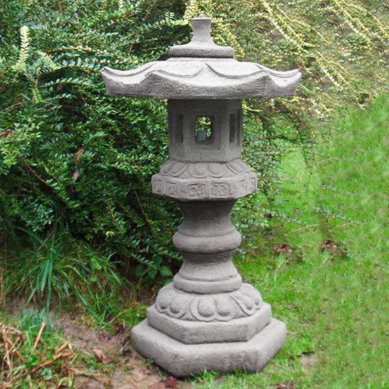 Japanische Steinlaterne aus Steinguss, grau