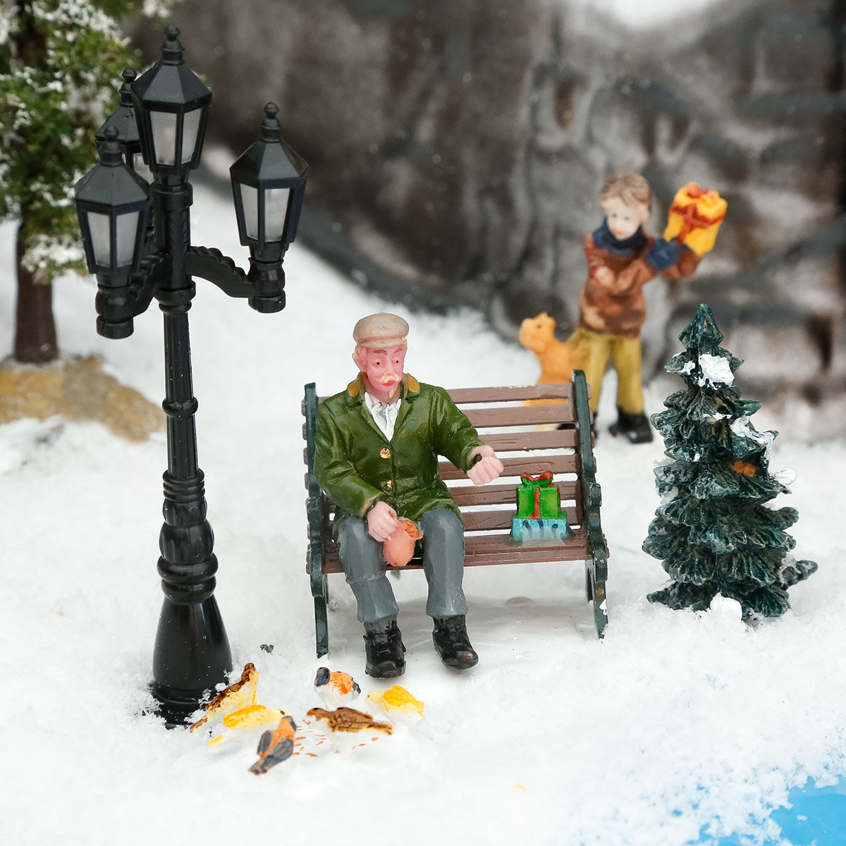 Miniatur-Figur Opa beim Taubenfüttern