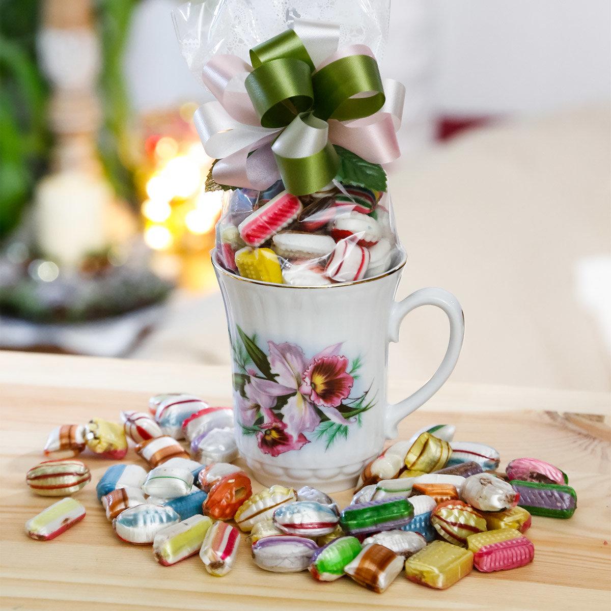 Geschenk-Tasse Orchidee mit 100g Fourrée-Bonbons