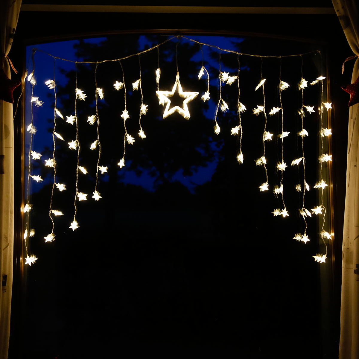 Led lichtervorhang mit sternen von g rtner p tschke for Lichtervorhang weihnachten