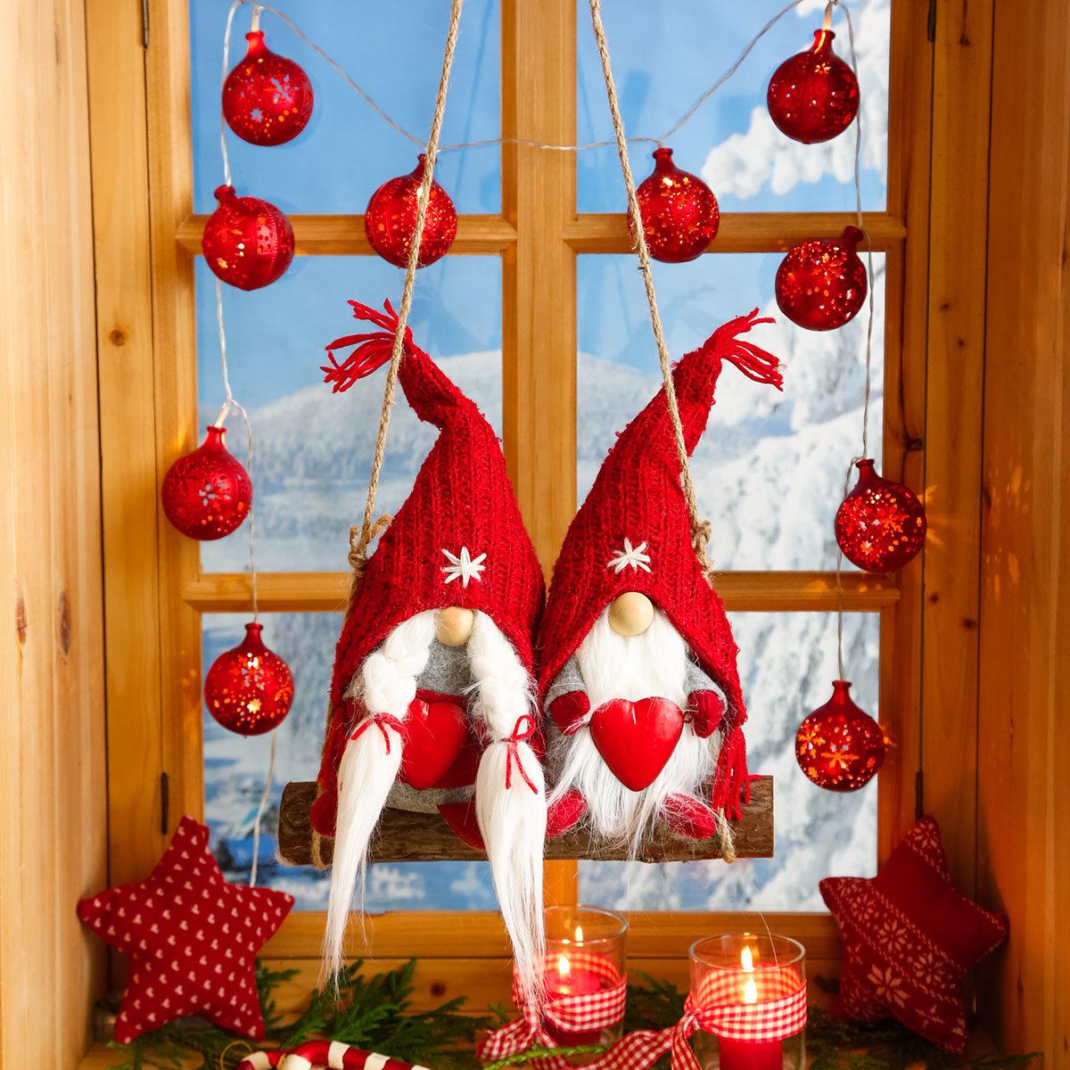 Frau und Herr Santa auf der Schaukel