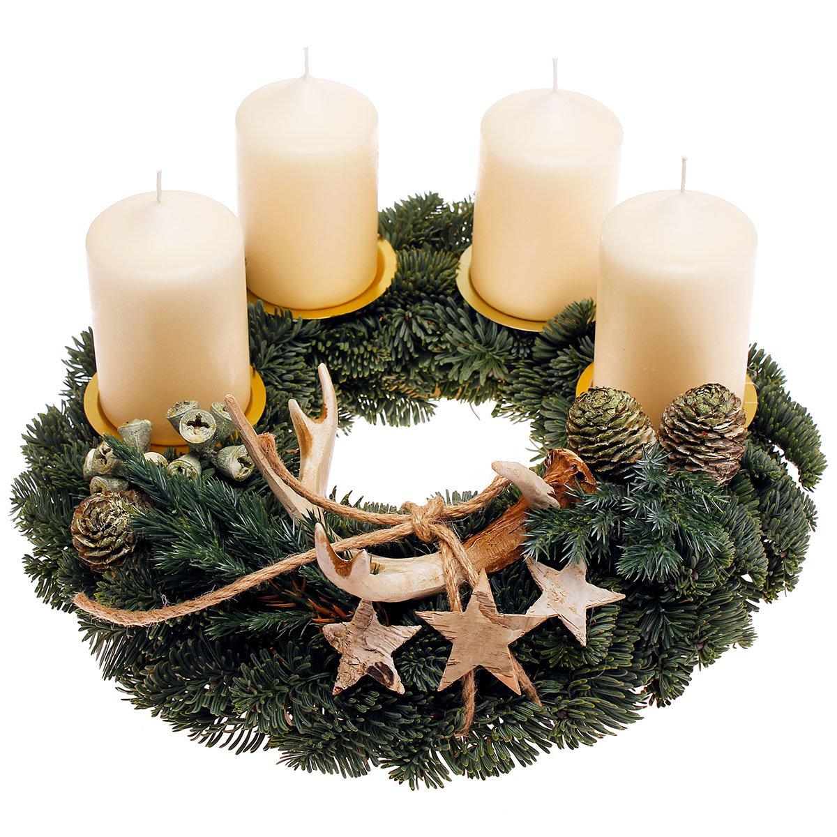 Adventskranz mit weißen Kerzen, dekoriert