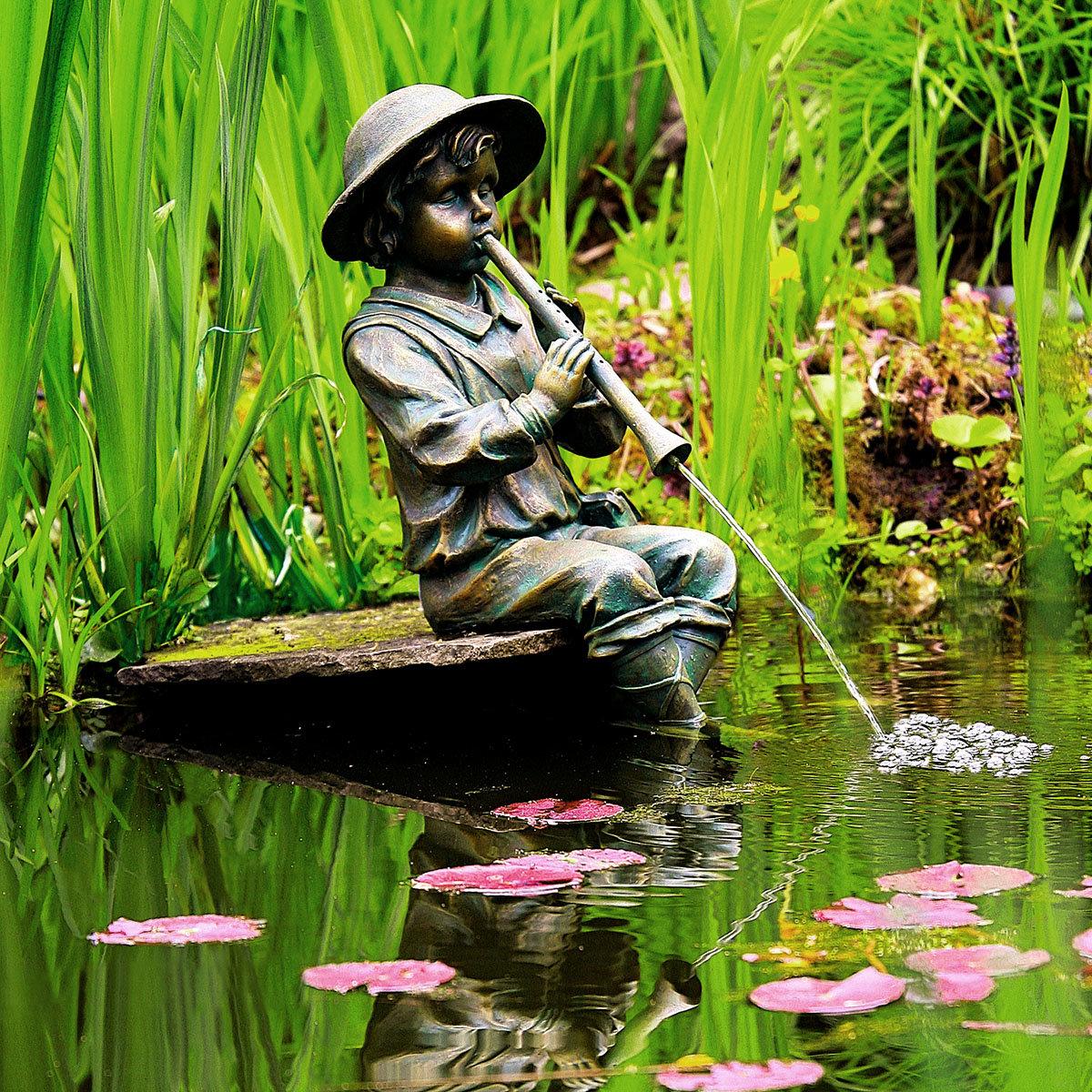 Wasserspiel Junge mit Flöte