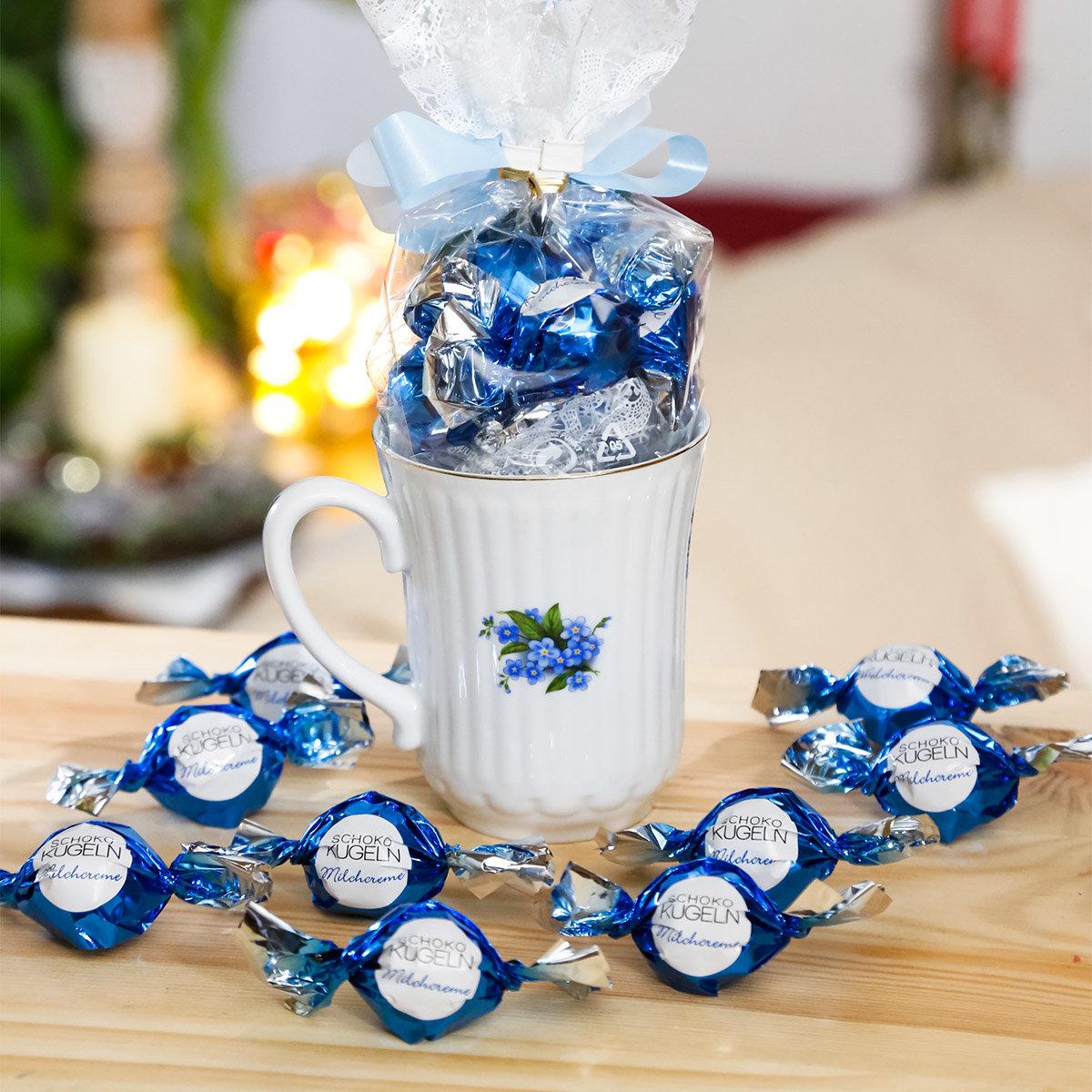 Geschenk-Tasse Vergissmeinnicht mit 75g Vollmilch-Schokokugeln mit Milchcreme-Füllung & Crisp | #2